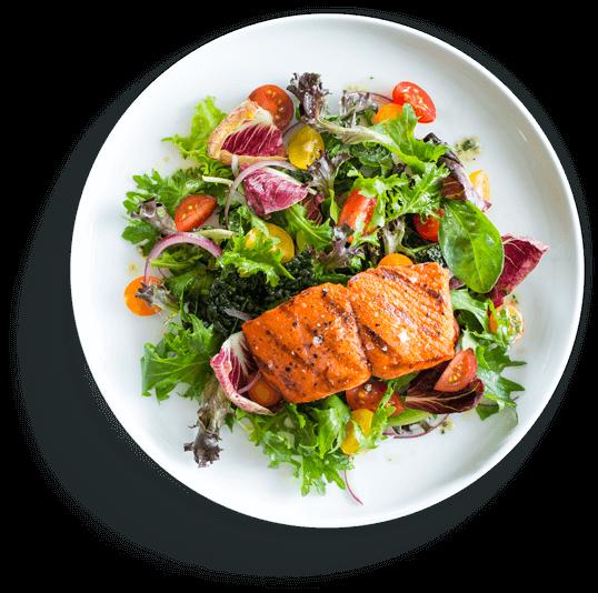 Teller mit gesundem Essen, bunter Salat, Gemüse und gebratener Lachs